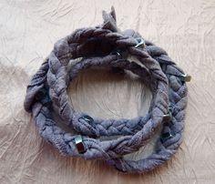 Bransoletka z nakrętkami, na mocnej tkaninie, lekko elastycznej. Bransoletka zawijana i wsuwana na rękę. Można również nosić jako naszyjnik.