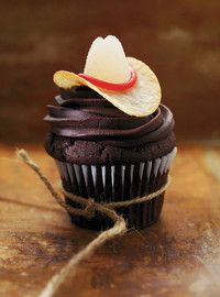 Cowboy Cupcakes - Pringles and gum drop hat. Too cute!! Found on Ricardo cuisine. #cupcakes #westerntheme #cowboy
