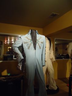 The Tiffany suit today in display at Graceland. That was used by Elvis at just 2 occasions in november 1972.