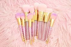 Do you dream of being a mermaid beauty? Transform yourself into a glam siren of the sea with these sparkly pink mermaid brushes!♥♥ The Mermaid Glam Brush Se...