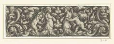 Heinrich Aldegrever   Fries met bladranken en figuren, Heinrich Aldegrever, 1537   Fries met een vrouw en een man, beiden zonder armen en met onderlichamen van bladranken, geflankeerd door twee kinderen. Aan de uiteinden van het fries lopen aan weerszijden ranken uit in een hondekop en een vissenkop.