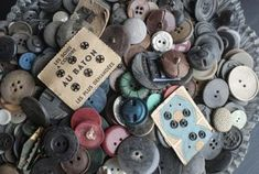 How to Identify, Separate, & care for Vintage & Antique Collectible Buttons. (Additionally - Tips, Tricks, & ADvice on where to find them! Button Art, Button Crafts, Vintage Crafts, Vintage Sewing, Vintage Antiques, Vintage Items, Vintage Images, Memes Arte, Buttons For Sale