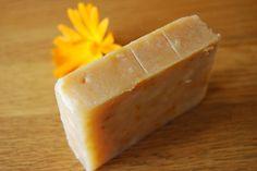 Se estiver pensando em fazer sabonete artesanais, você escolheu uma maneira fácil e criativa de adicionar aroma e beleza a um produto comum. Produzir sabonetes em casa não é difícil, é barato e pode gerar lucro – tanto no aspecto financeiro quanto no da saúde! Afinal, a maior parte dos sabonetes industrializados disponíveis no mercado […]