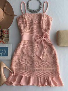 Vestido curto de tiras rosa claro, lindo, tecido grosso. Sapato maravilhoso.