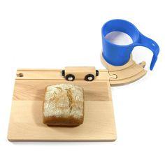 Spoorbaan ontbijtset bij hikjesinhuis.nl voor 28,50 euro, bestaat uit broodplank, onderzetter en beker, http://www.hikjesinhuis.nl/per-product/wonen/spoorbaan-ontbijtset.html