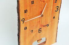 桜の木でつくった振り子時計サイズ:幅27 長さ40 板厚2.7 ㎝塗装:植物性オイル樹皮をそのまま残し、存在感UP(剥がれないようほどこしてあります)ふりこは...|ハンドメイド、手作り、手仕事品の通販・販売・購入ならCreema。