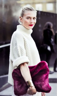 A deep fuschia clutch stands out in an all-white outfit. // #StreetStyle