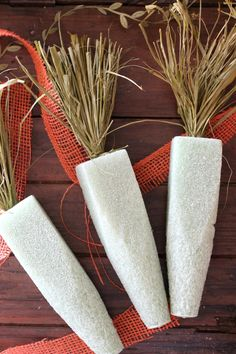 Spruce up your home by making these DIY Rustic Spring Burlap Carrots! They are so easy, so adorable, and affordable! These will add so much charm to your spring home! Spring Home Decor, Spring Crafts, Holiday Crafts, Diy Christmas, Christmas Cards, Bunny Crafts, Easter Crafts, Diy Osterschmuck, Easter Projects
