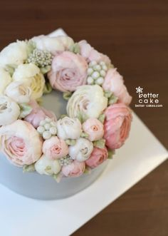 buttercream flowers-I think I'm gonna have to give it a go xX Gorgeous Cakes, Pretty Cakes, Cute Cakes, Amazing Cakes, Korean Buttercream Flower, Buttercream Flower Cake, Buttercream Frosting, Icing, Cake Decorating Tips