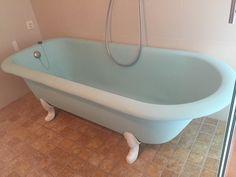 Bañera esmaltada en turquesa mate con patas blanco brillo. Restauración de bañera realizado por VILASMALT en Barcelona. Servicio en un día