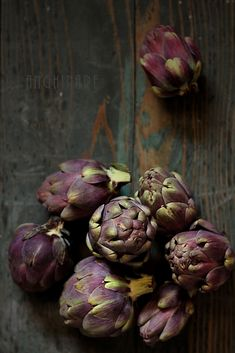 food styling in black & purple | vegetable: artichoke . Gemüse: Artischocke . légume: artichaud | recipe for humus & photo: Laura Adamache  |