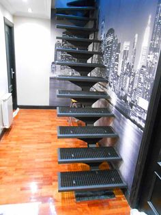 Escalera recta con peldaños de tramex, imitando el diseño de las escaleras de…