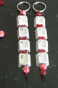 ♥ Computer Keyboard Keys Keyring (of met 'papa' of met de naam van papa of het… Key Crafts, Jewelry Crafts, Diy And Crafts, Arts And Crafts, Upcycled Crafts, Recycled Art, Keyboard Keys, Computer Keyboard, Recycling