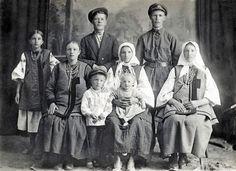 Ці українці із села Підварки під Переяславом дивляться на нас із далекого 1920-го