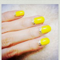 Yellow nails with golden line
