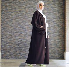 Regram in 💕 Elite Fashion, Fashion Now, Fashion Looks, Fashion Trends, Modern Abaya, Conservative Fashion, Modest Fashion Hijab, Abaya Designs, Pretty Outfits