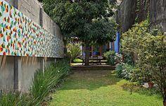 O extenso jardim entre a casa e a edícula merecia uma obra de arte, na opinião do morador, o produtor cultural Sergio Escamilla. Ele encomendou o painel de azulejos ao artista Alexandre Macini. Uma ideia diferente para decorar a área externa
