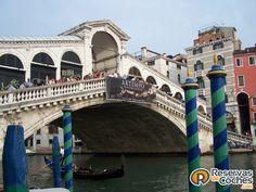 Puente Rialto en Venecia, Italia.  ¿No es genial?   Recorre Italia en coche con http://www.reservasdecoches.com/paises/alquiler-de-coches-italia/ #italia #Venecia #puenterialto #sitiosdeinteres #viajes