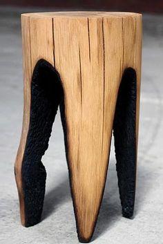 Des bûches en bois sont mises en feu par Kaspar Hamacher pour créer des tabourets uniques