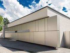 Garagenkipptore flächenbündig in Hausverkleidung integriert. Architekt: Lee-Mir, Stuttgart Facade Design, House Design, Building Facade, Smart Home, Garage Doors, Exterior, Outdoor Decor, Walls, Home Decor