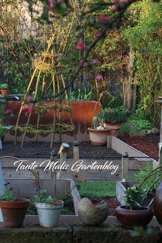 Gemüsegarten Erbsentipi Rankhilfe Diy Garden Decor, Garden Decorations, Mosaic Kits, Garden Inspiration, Wind Chimes, Plants, Wicker, Compost, Tips And Tricks