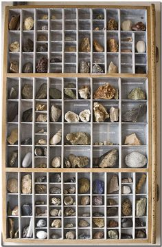 Stones - stones - stones - a part of my collection now is presented in this type case I've got from my children. They thought my crazy hobby should be also decorative!  In diesem Setzkasten, den ich von meinen Kindern geschenkt bekam, kann ich nun einen großen Teil meiner Steinesammlung präsentieren. So trägt dieses verrückte Hobby zur Dekoration bei und lädt zu Fragen ein.
