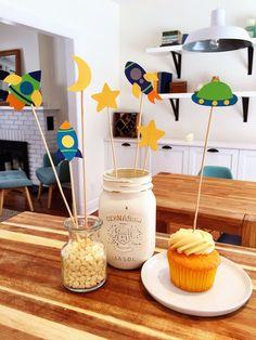 12 espacio tema Cupcake Toppers nave espacial planetas