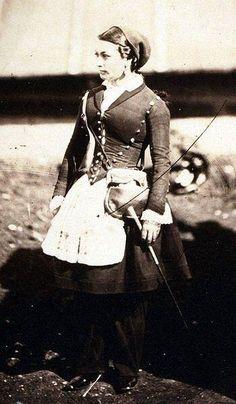ヴィヴァンディエール (仏: Vivandière)とは、フランス軍連隊に従軍した女性酒保商人、従軍商隊女性のこと。部隊にワインを販売したり、部隊内の酒保(カフェテリア)で業務を行った。ヴィヴァンディエールという言葉は、アメリカ合衆国、スペイン、イタリア、イギリスでも使われた。Canteen(カフェテリア)に因んでカンティネエール(Cantinière)ともういう。 ヴィヴァンディエール - Wikipedia より