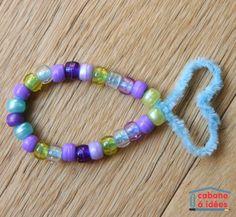 Les fils chenilles sont super malléables et très agréables à travailler et utiliser. Car ils sont doux, viennent dans toutes les couleurs et se transforment en ce qu'on veut ! Ma fille les utilise souvent pour fabriquer des bracelets : les perles s'enfilent facilement, et elle n'a pas besoin de moi pour faire un noeud, il suffit d'entortiller un peu et ça marche.