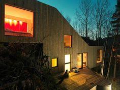 Zadní strana s terasou je mnohem více otevřena, než čelní, kde je vstup do domu.