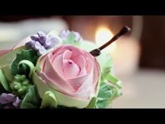 Russian piping tips: Buttercream flowers - How to pipe buttercream flowers with Russian pastry tips! These decorated cupcakes are designed with buttercream r. Piping Buttercream, Buttercream Decorating, Fondant Icing, French Buttercream, Korean Buttercream Flower, Buttercream Flower Cake, Cake Decorating Videos, Cookie Decorating, Russian Icing Tips