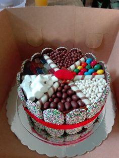 Torta de chocolate con borde de doña pepa y cubierto con mashmelo , gomitas y…