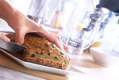 Pain au zuchinni que petit poulet aime Delicious Desserts, Dessert Recipes, Yummy Food, Healthy Food, Wine Recipes, Bread Recipes, Quebec, Fodmap Recipes, Food Test