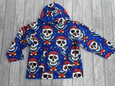 Cooles Shirt für Jungs: handgemachtes Jungen Fleecekapuzenshirt mit aufgesetzter Tasche vorne, Größe 134  Hergestellt aus Fleece antipilling (100% Polyester).  Ärmellänge 42 cm, Brustweite einfach 49 cm.  Das Shirt ist in Handarbeit gefertigt und hergestellt in Deutschland
