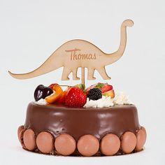 Mit etwas Kreativität zaubern Sie einen einzigartigen Dino Tortenstecker aus Holz zur Kommunion Ihres Kindes. Mit nur weinigen Klicks können Sie den Dino Tortenstecker mit dem Namen Ihres Kindes personalisieren. Der Dino Tortenstecker hat ein Durchmesser von 18 cm und wird als wunderschönes Tortenaccessoire in den Kuchen gesteckt. Cake Toppers, Panna Cotta, Ethnic Recipes, Pies, Kuchen, Birthday Celebrations, Communion, Names, Timber Wood