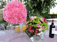 Decoración floral en barra de bebidas