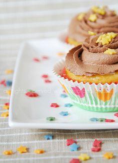 #Cupcakes alla #vaniglia #guarniti con frosting fondente e cuore di panna @guarnireipiatti