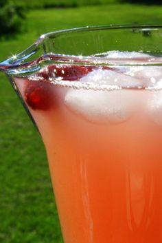 Enkelt och så gott!  1 kg rabarber 1 , 5 liter kallt vatten 4 1/2 dl strösocker 1 st citron (saften) Gör så här: Tvätta och tärna ner rabarberna i en kastrull, mät upp vattnet och låt sjuda upp. Det ska sjuda i ca 15 minuter ( rör inte … Läs mer
