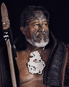 The Maori are the indigenous people of New Zealand and their story is both long and intriguing. On the basis of oral records, archaeological finds and genetic analyses, we can place the arrival of Maori in New Zealand in the thirteenth century AD. Maori People, Tribal People, Maori Designs, We Are The World, People Around The World, Anthropologie, Ta Moko Tattoo, Maori Tribe, Jimmy Nelson