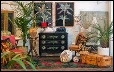 Artes Longa - Impression de Siam: commode de fabrication artisanale italienne (Florence) en bois de tulipier noirci et décorée d'impressions à l'ancienne de gravures motifs végétaux mises en couleur à la main puis coupées et collées sur le meuble. 2 grands panneaux d'impressions à l'ancienne de gravures motifs de palmiers mises en couleur à la main puis coupées et collées sur fond noir peint à la gouache. Un mix d'objets et de meubles rétro et vintage.
