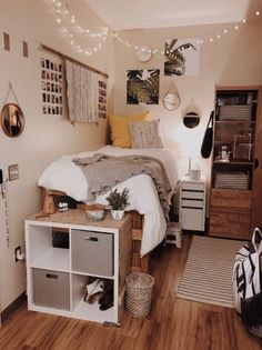 Need some dorm inspiration for next semester? Well, you'll absolutely LOVE these dorm room ideas for girls! These dorm ideas are perfect for any girly girl who wants her college dorm room to feel like home. Cute Dorm Rooms, College Dorm Rooms, Cozy Dorm Room, Girl Dorm Rooms, Dorm Room Bedding, Dorm Room Beds, Ucf Dorm, College Dorm Decorations, College Room Decor
