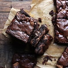 This Homemade Brownie Recipe From Scratch is what you are looking for if you want to make the best and fudgiest brownies. Crispy top, super fudgy center, melting chocolate chunks, and lots of cocoa. With 11 tips for making super fudgy brownies from scratc Baking Recipes, Cake Recipes, Baking Desserts, Cocoa Recipes, Chocolate Recipes, Baking Cookies, Sugar Cookies, Delicious Desserts, Yummy Food
