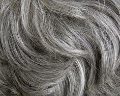O que você acha de cabelos brancos?Muitos acham charmosos (nós, por exemplo).Mas parece que a maioria das pessoas não gosta de ter cabelos brancos, especialmente as mulheres.