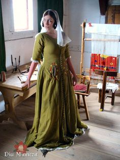 surcot brodé - wool, embroidered around front slits and fur at hem. I like the full line of buttons Medieval Dress, Medieval Costume, Medieval Fashion, Medieval Clothing, Historical Costume, Historical Clothing, 15th Century Clothing, Larp, Period Outfit
