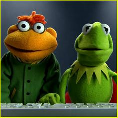 scooter and kermit Jim Henson, Kermit The Frog Quotes, Fraggle Rock, The Muppet Show, Green Frog, The Dark Crystal, Puppets, Yoshi, Childhood