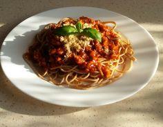 Spaghetti z makaronu razowego z sosem pomidorowym, z dodatkiem kurczaka, ziół prowansalskich, mozarelli i świeżej bazylii...