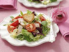 Salat mit Hähnchenbrust vom Grill, Cherrytomaten und Herz-Croutons ist ein Rezept mit frischen Zutaten aus der Kategorie Hähnchen. Probieren Sie dieses und weitere Rezepte von EAT SMARTER!