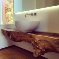 Amazing wooden bench for the sink Vessel Sink Bathroom, Bathroom Countertops, Live Edge Furniture, Wood Furniture, Beveled Subway Tile, Lavatory Design, Natural Bathroom, Downstairs Toilet, Live Edge Wood