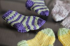 As my little nephew is freezing in Manchester (it& only in their appartment, and even less during the night) I just thaught it wou. Knitted Socks Free Pattern, Crochet Baby Socks, Knitting Socks, Knitting Patterns Free, Baby Knitting, Knit Patterns, Knitted Baby, Baby Knits, Baby Sewing Projects