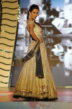 Lara Dutta, Malaika Arora walk for Manish Malhotra | PINKVILLA